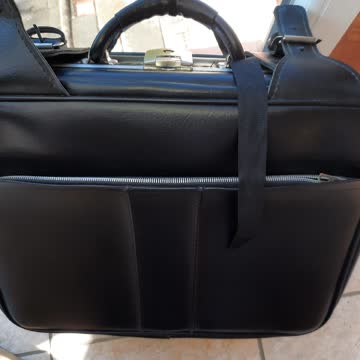 Schwarzer Koffer aus Leder