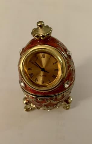 Keramik-Russlandei mit Uhr auf Fuss Handarbeit