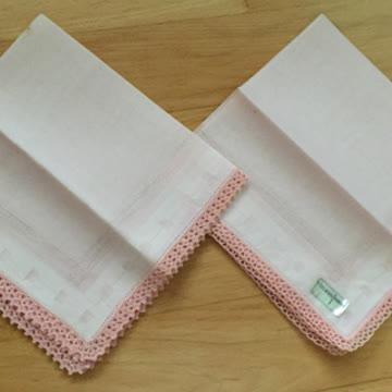 2 Taschentücher umhäkelt