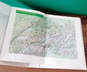 1 Ordner Wandern Schweiz und 2 Wanderkarten