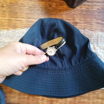 Neuer Damen Hut und eine Uhr