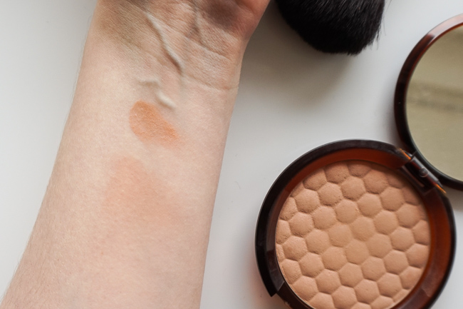 The Body Shop Honey Bronze Bronzing Powder swatches 01 recenzia