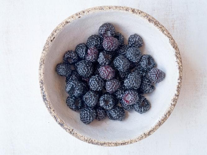 Organic blackberries in a bowl