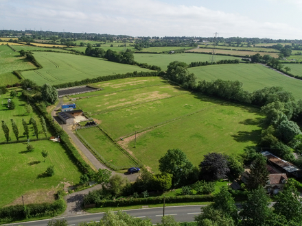 Well presented domestic equestrian yard in 5.57 acres