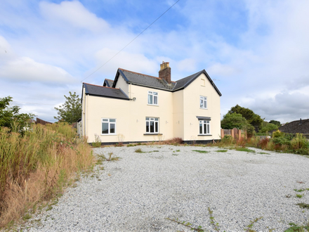 EXECUTIVE DETACHED FAMILY HOME WITH PRIVATE DRIVEWAY & MULTI CAR PARKING