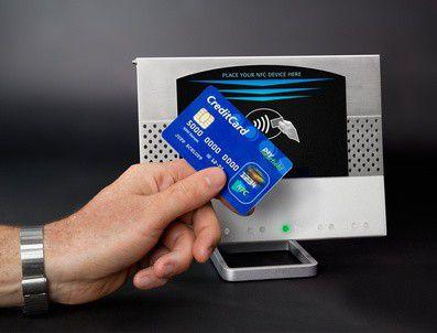Már kártyával fizetni is snassz, miért ne inkább egy matricázott papuccsal?
