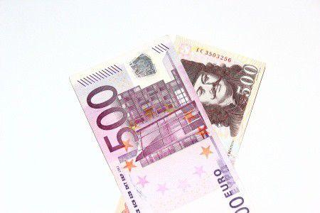 Lesz-e 330 forint az euró? Mit tehetünk a pénzünkkel?