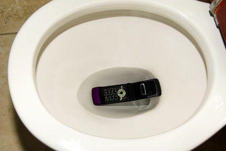 Vízbe esett az okostelefon? Hogy kerüljem el a bajt?