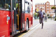 Elegáns fiatalember lekési a buszt