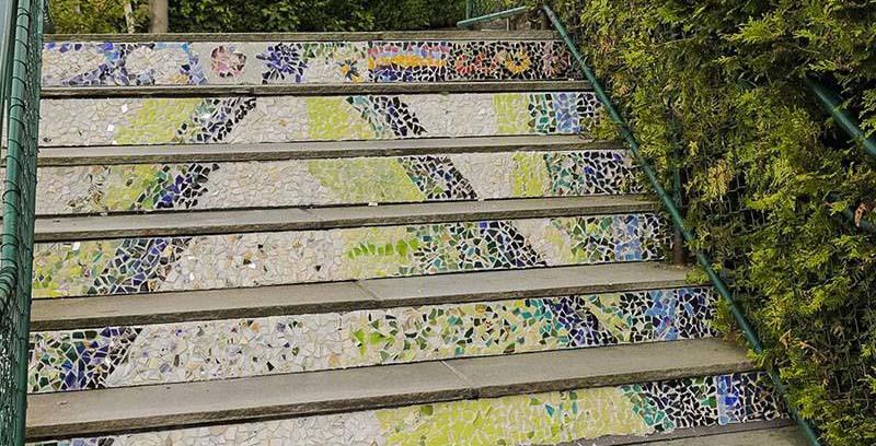 Øvre delen av trappen har fått ferdige paneler. Nå skal resten lages utover høsten, og med workshop på LandåsFest. Dette blir en ekstraordinær trappeopplevelse. Foto: Vibeke Koehler