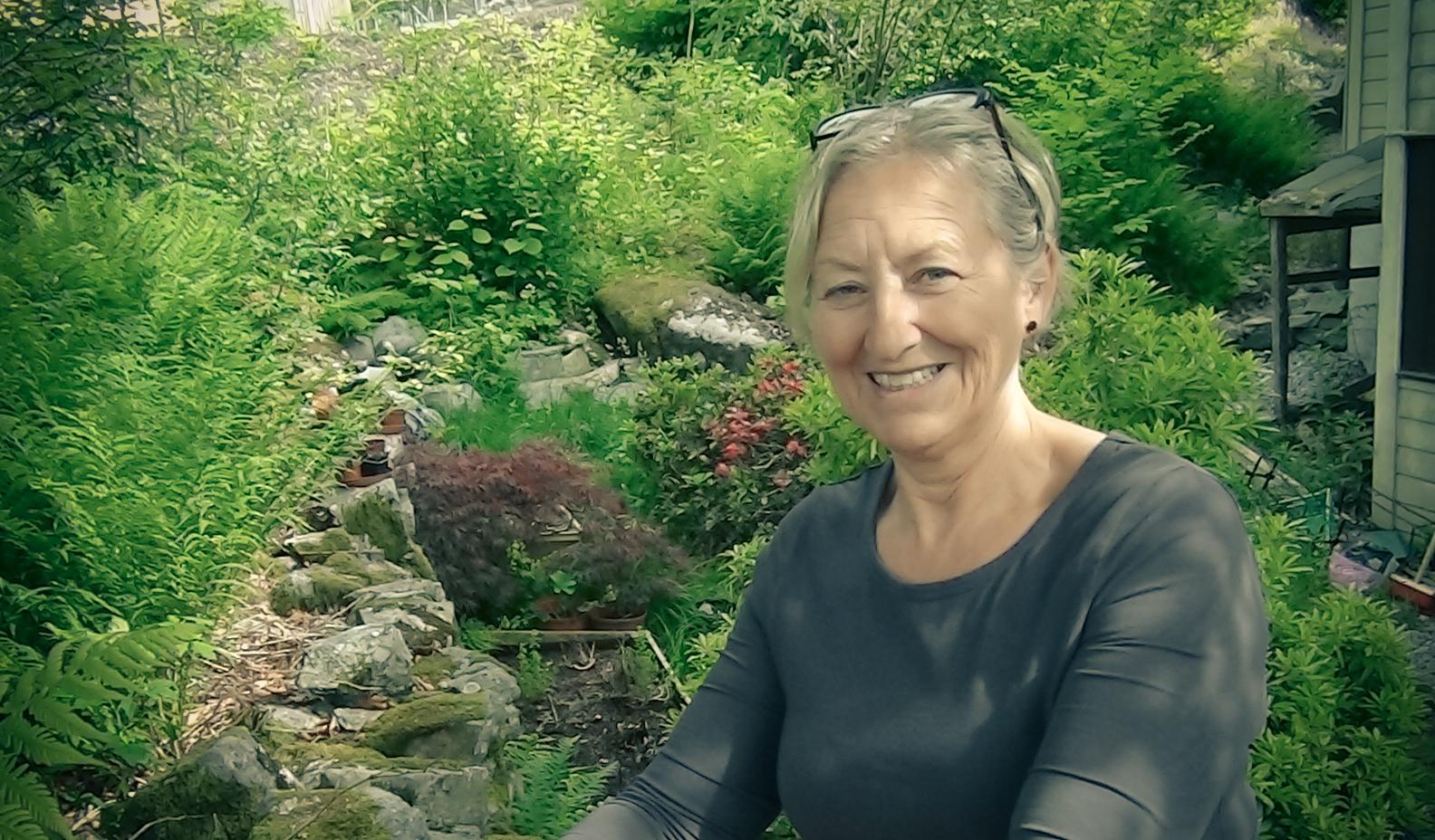 Lillian driver både med strikking og nålebinding, og spinner og plantefarger sitt eget garn. På Landås.