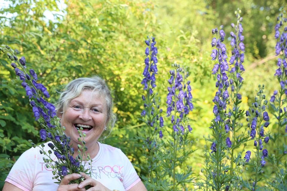 """Anne Tajord Kirkebø er en kjent hage kåsør. Her et bilde fra NRKs nettsider der hun fortalte inspirerende i """"Naturens verden"""""""