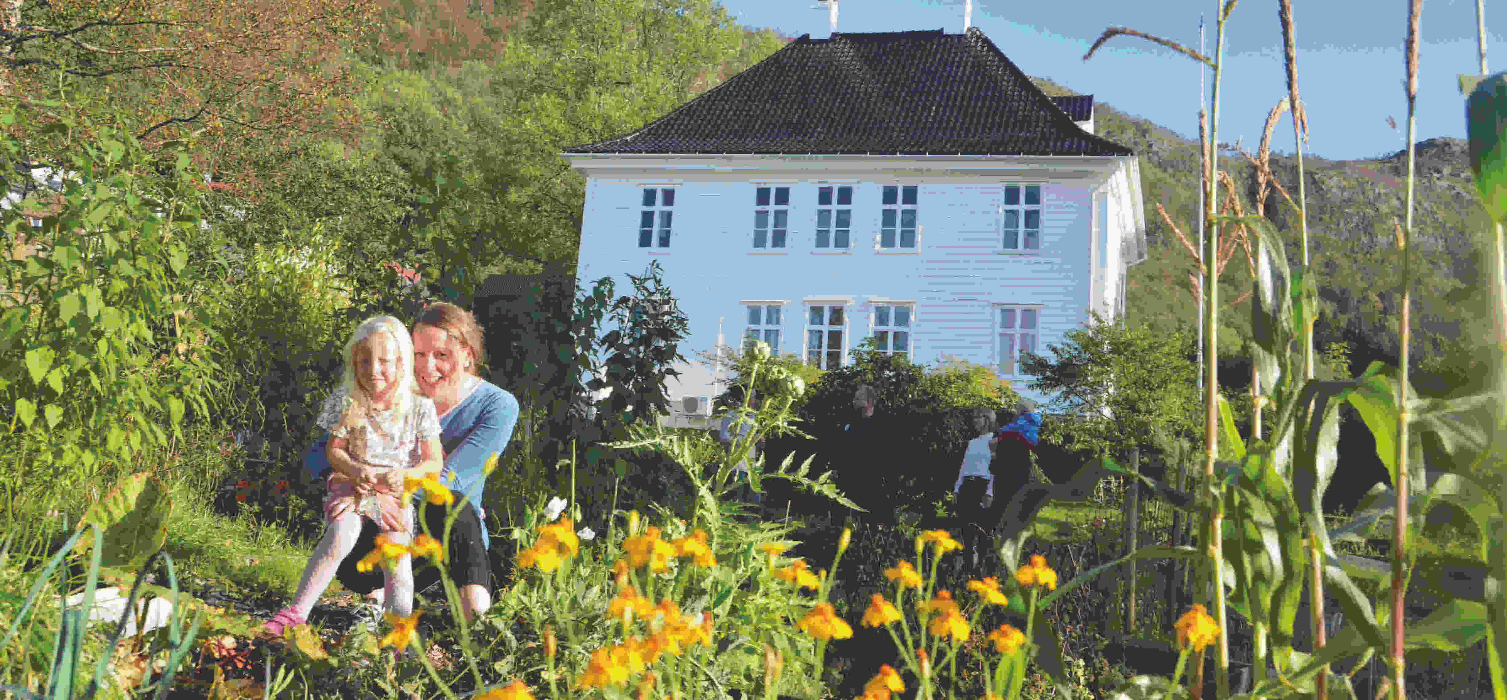 Velkommen til å besøke parsellhagen på nordsiden og hagen på sørsiden. Begge drevet på dugnad. Hagelaget for den delen som ikke er parseller startet opp i april. Flott gjeng. Velkommen med!