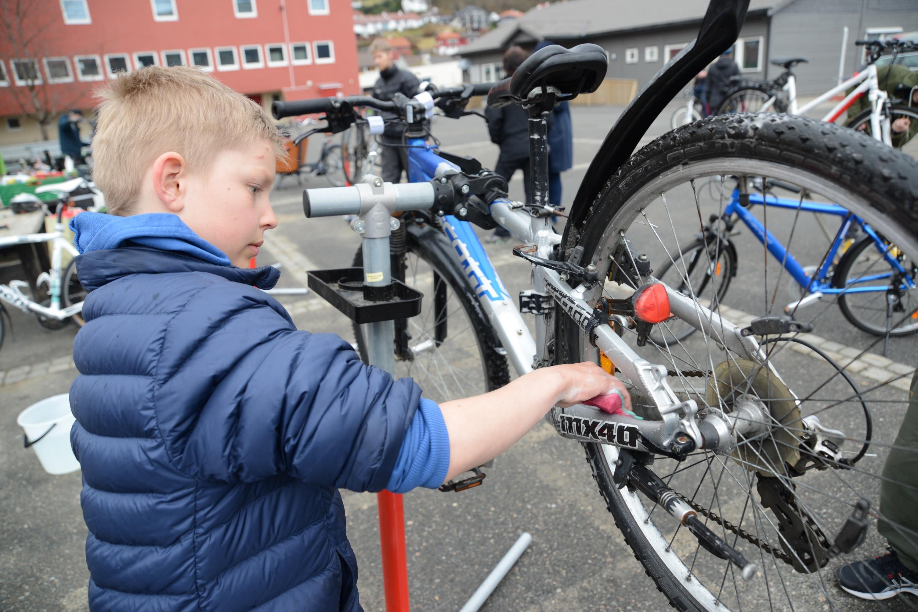 Sykkelpuss har blitt en årlig tradisjon. Det er en kjekk plass å lære litt om å skru og justere på sykkelen. Dessuten går vasken unna sammen med andre!