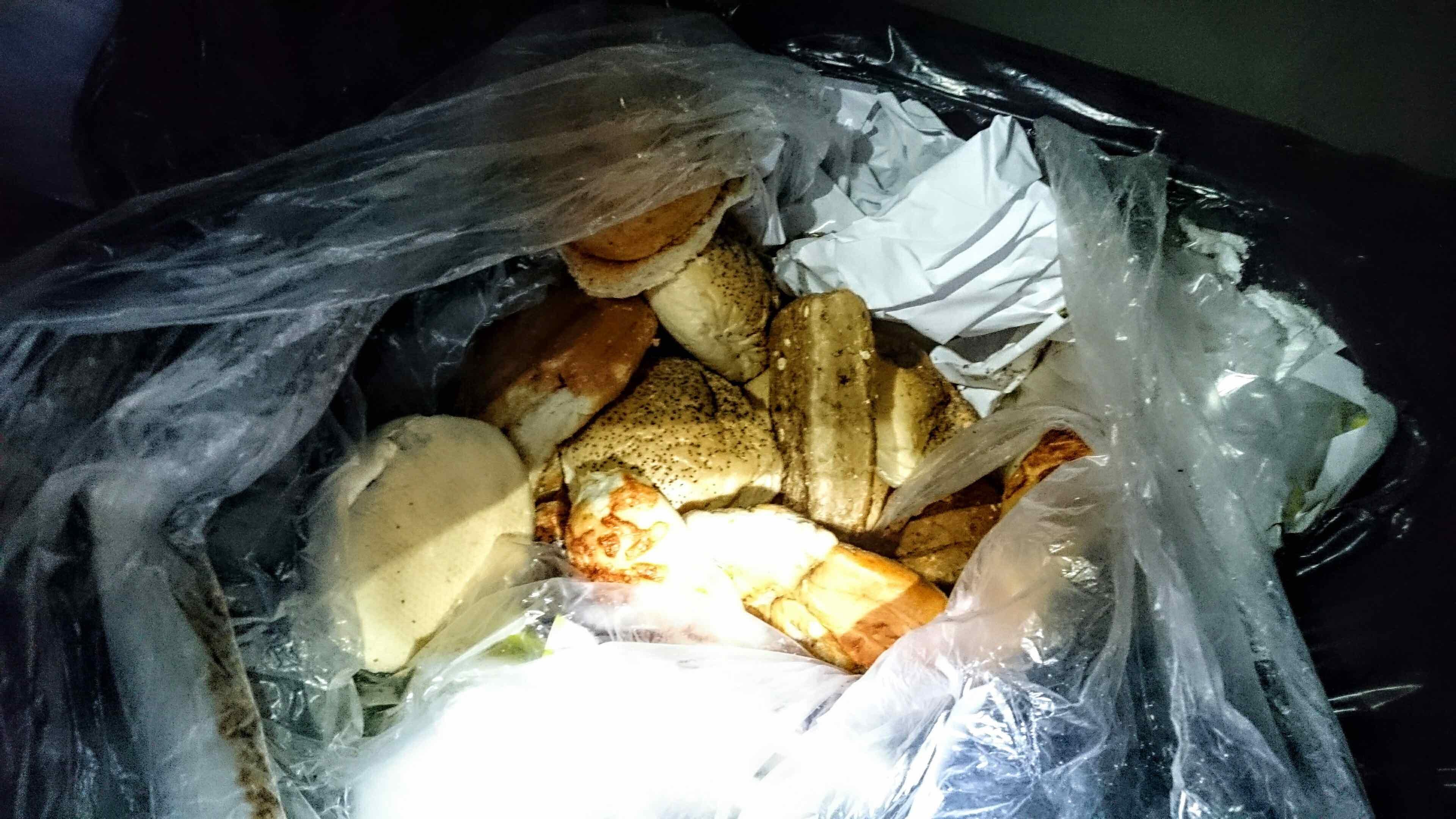 Svært så spiselig mat, men ikke så fristende der det lå litt for åpent sammen med annet søppel.