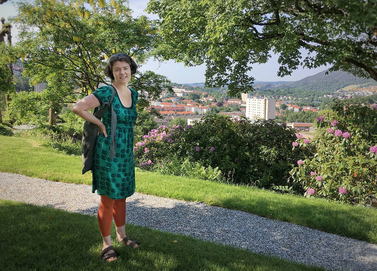 Stina Oseland og byen – Foto: Vibeke Koehler