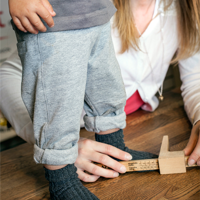 334866776cd Helst mellan 1-1,5 cm längre än foten, tillväxtmån bör vara minst 5 -15 mm  i nya skor.
