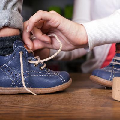 cf214634b6f Det underlättar för barnet om den har stadig bakkappa och riktig snörning  då skon sitter bättre och ger bättre stöd.