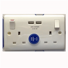 white-moulded-edge-double-switched-socket-with-usb-charger-2-1a-usb-output-fits-25mm-box-ref-822u-01-4