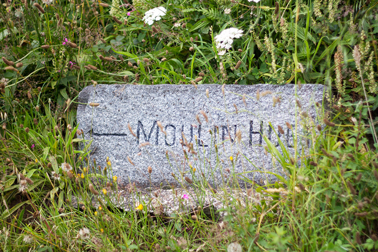 Bella_Luce_Moulin_Huet_Footpath_marker_post.jpg