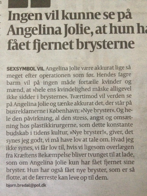 den gamle by off Angelina Jolie bryster