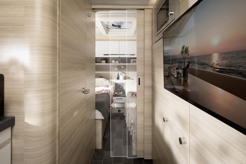 Interiör, sovrum, enkelsängar, tv