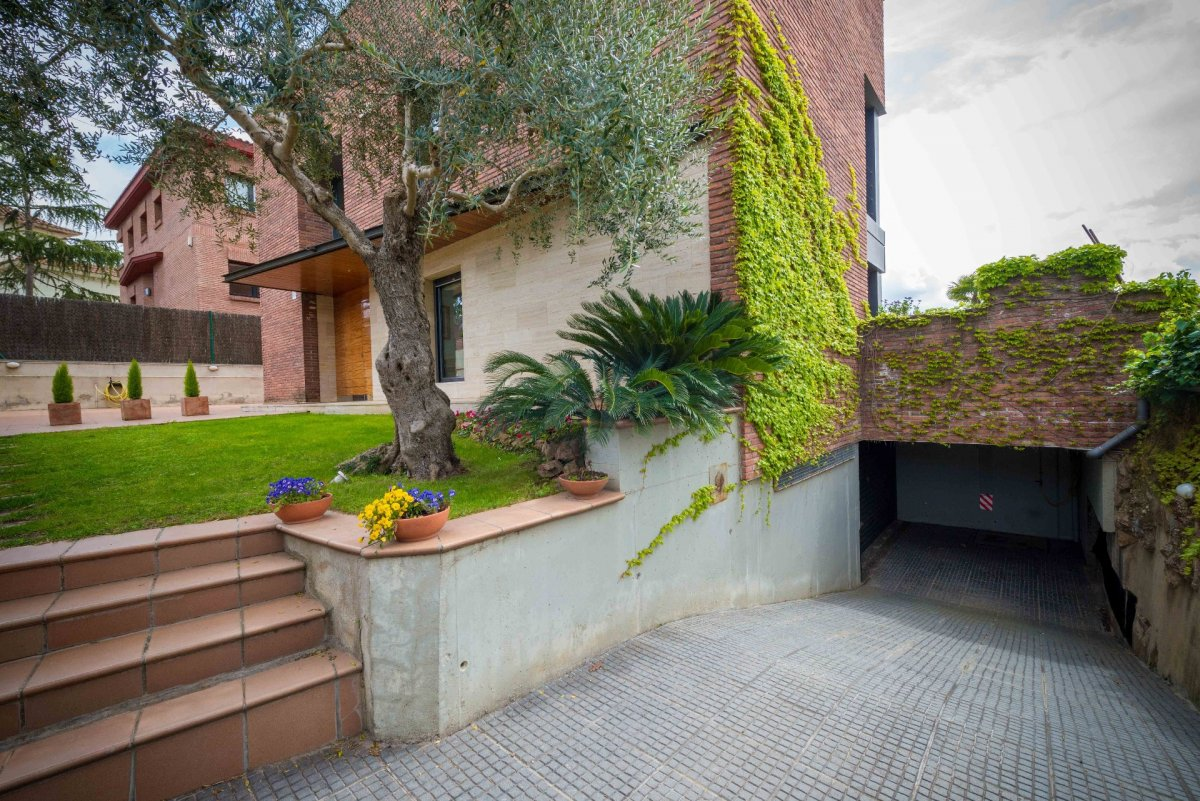 HOUSE ISOLATED IN ONE OF THE MOST SPECTACULAR ZONES OF SANT CUGAT WITH UNBEATABLE VIEWS