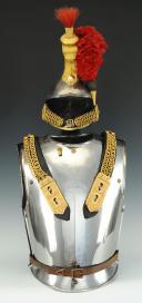 Photo 1 : CASQUE ET CUIRASSE D'OFFICIER DE CUIRASSIERS, modèle 1845, Monarchie de Juillet - Second Empire.