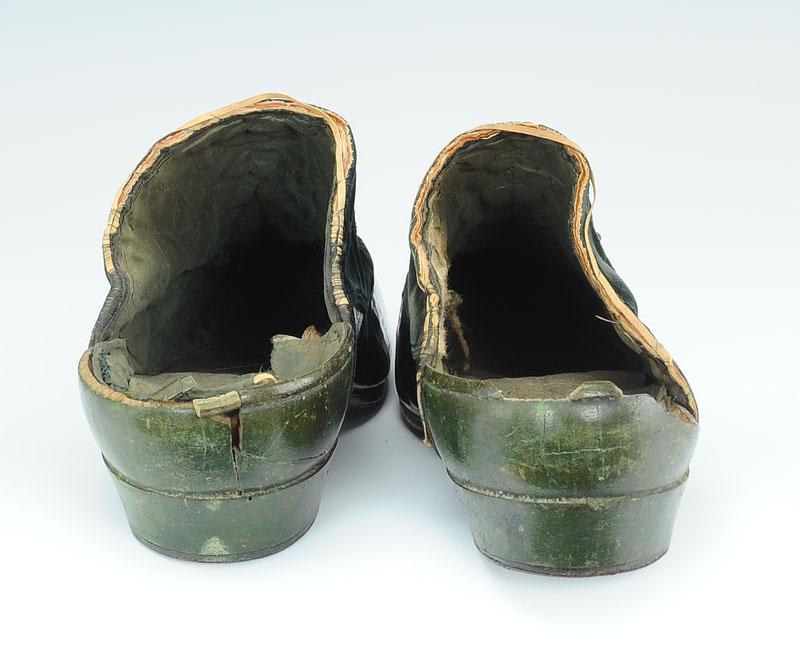 paire de chaussures d 39 int rieur ou de cour d 39 homme type mules probablement pour la maison de l. Black Bedroom Furniture Sets. Home Design Ideas