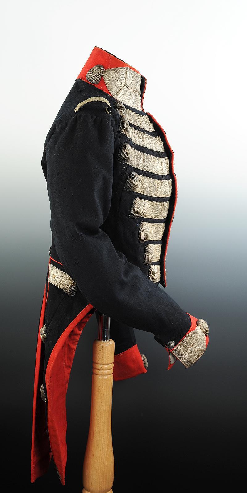 uniforme de grande tenue des gardes du corps de la maison. Black Bedroom Furniture Sets. Home Design Ideas