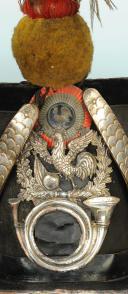 SHAKO D'OFFICIER SUBALTERNE DE CHASSEUR DE LA GARDE NATIONALE, TYPE 1830, MONARCHIE DE JUILLET. (1)