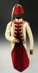 UNIFORME ET BONNET DE POLICE DE CAPITAINE EN SECOND DE COLONEL GÉNÉRAL, RÈGLEMENT DE 1786, ANCIENNE MONARCHIE, RÈGNE DE LOUIS XVI, VERS 1786-1789.