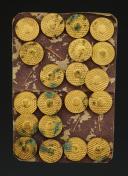 Photo 1 : PLANCHE DE TAILLEUR MILITAIRE DE 20 BOUTONS D'AIDE DE CAMP, modèle du 2 septembre 1775, Ancienne Monarchie.