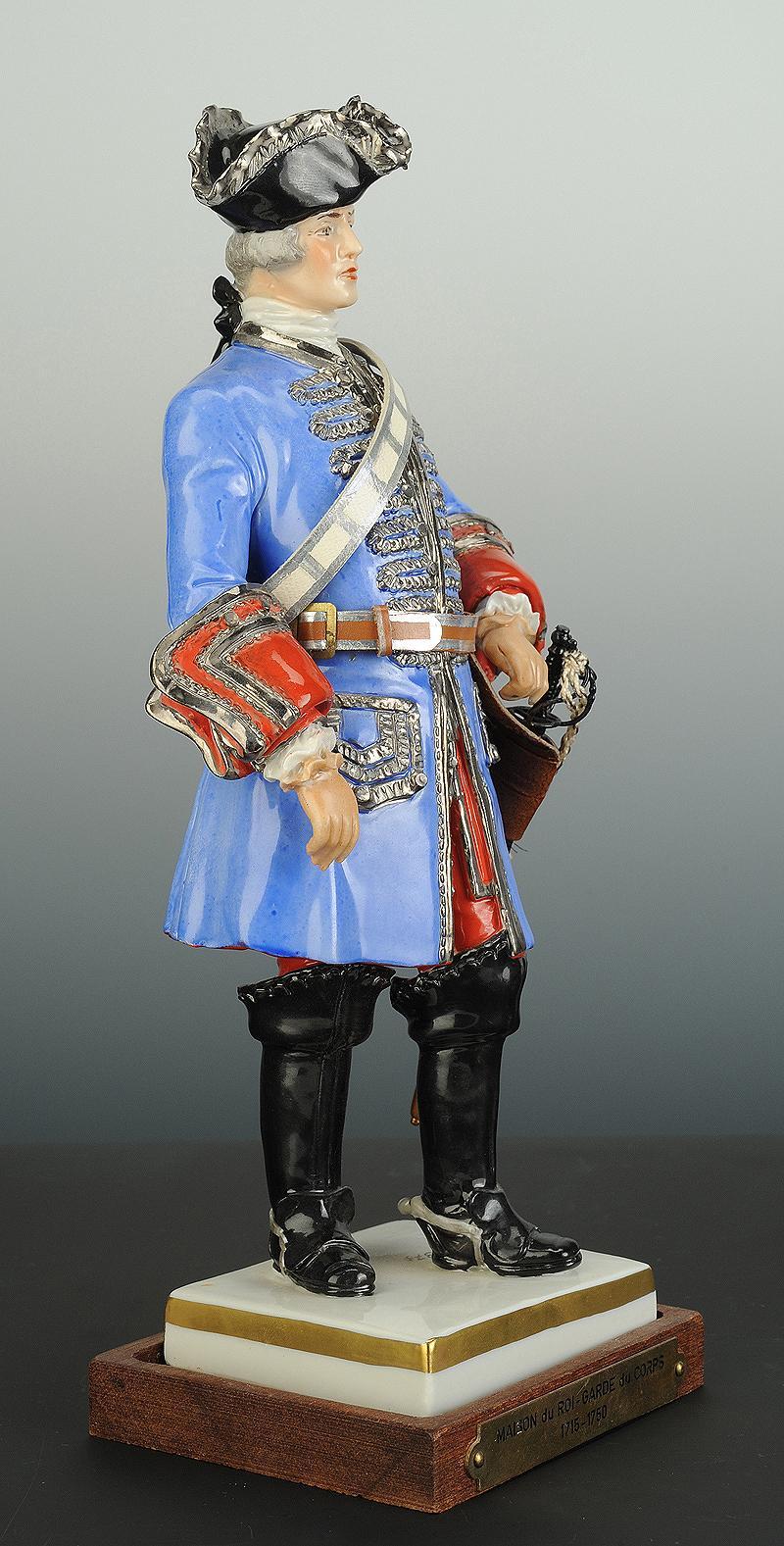 garde du corps du roi de la maison du militaire du roi 1715 1750 figurine en porcelaine par van. Black Bedroom Furniture Sets. Home Design Ideas