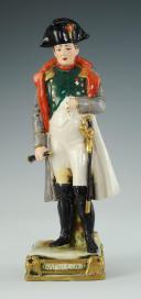 NAPOLÉON EMPEREUR, FIGURINE EN PORCELAINE DE COURILLE À PARIS, 20ème SIÈCLE. (1)