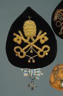 Photo 6 : INSIGNES ET DÉCORATION PORTÉS PAR LE PÈRE DOUSSOT LORSQU'IL FIT LA CAMPAGNE AVEC LES ZOUAVES PONTIFICAUX DE PIE IX, SECOND EMPIRE.