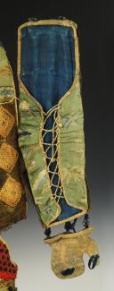 Photo 9 : ÉLÉMENTS D'ARMURE JAPONAISE COMPRENANT UNE PAIRE DE MANCHETTES DE MAILLES DITES « YOSHITSUNE - KOTE » OU « KOTE », UN TABLIER À DEUX CUISSARDS RENFORCÉS DIT « HAIDATE KAWARA » OU « HAIDATE » ET UNE PAIRE DE PROTÈGE-TIBIAS DITES « SHINO SUNEATE », XIXème SIÈCLE.