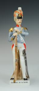 Photo 1 : GRENADIER DE LA GARDE, FIGURINE EN PORCELAINE, XX°.