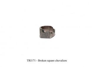 Broken square chevaliere