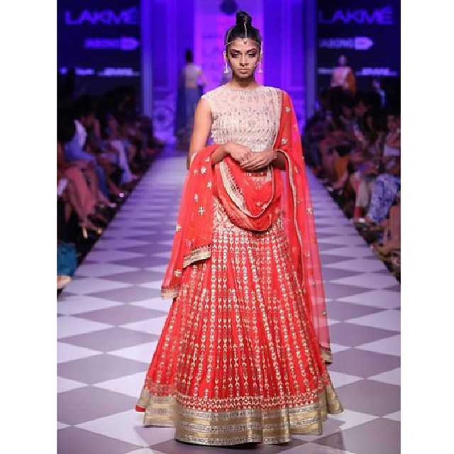 Anita Dongre's coral and cream lehenga is an exquisite choice for your Sangeet party! #bridalwear #AnitaDongre #LFW #fashion