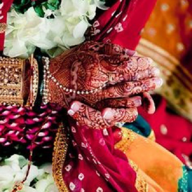 This image beautifully captures the colourful spirit of Indian weddings. Have a bright Thursday everyone! ♡