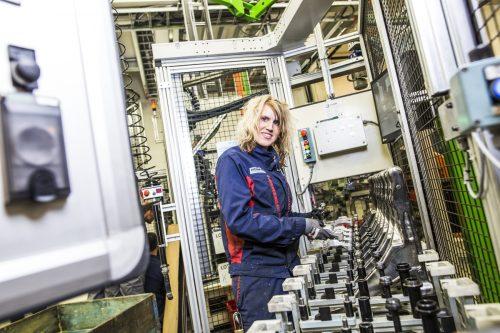 Anja Fredrikstad Betjener Den Nyeste Montasjelinja For Volvo
