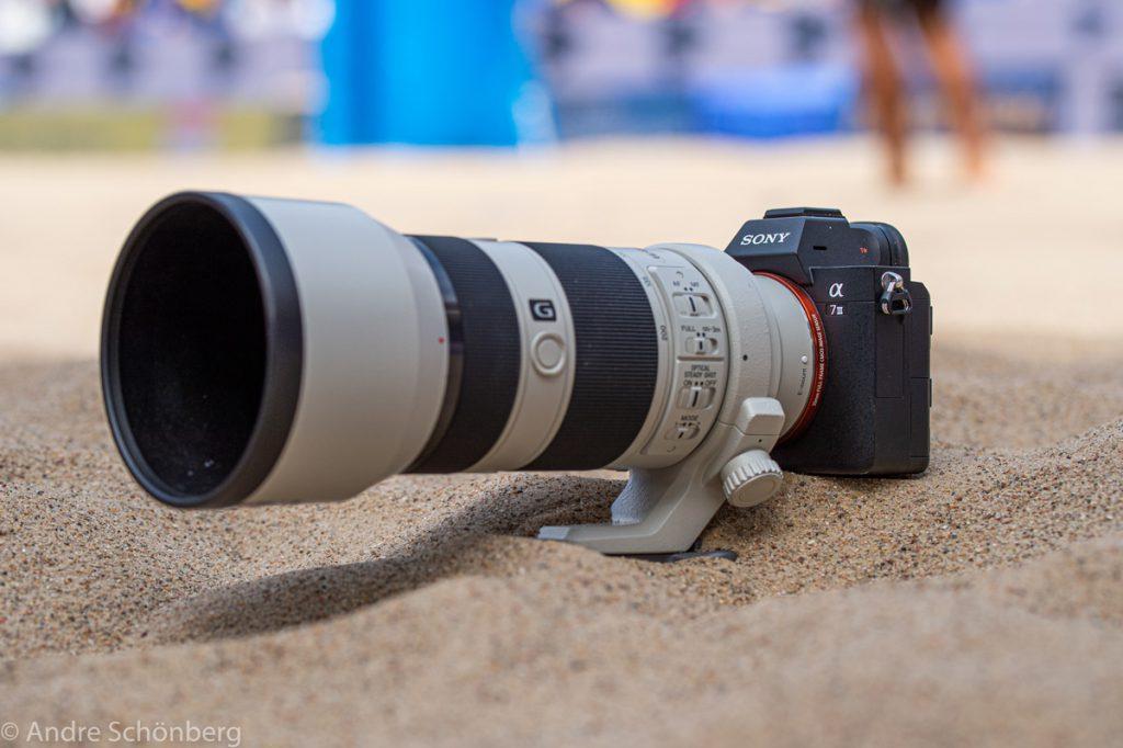 Sony A7 III mit FE 70-200 mm F4 G schräg von vorne fotografiert