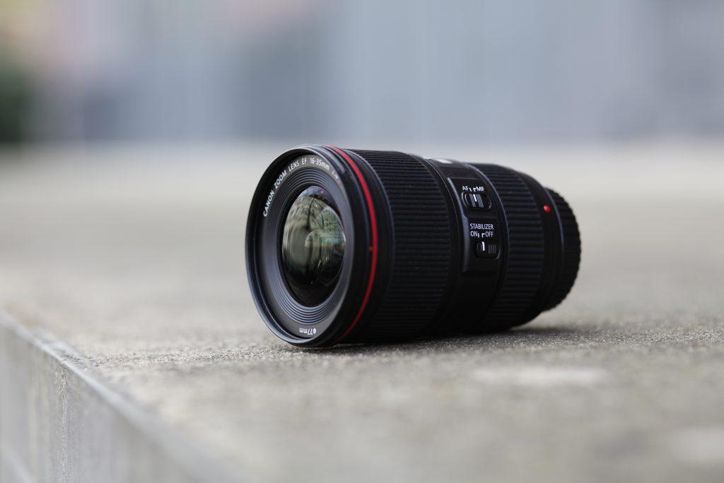 Canon EF 16 - 35mm f4L IS USM von der Seite