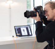 Kasper Fuglsang mit Kamera bei der Arbeit