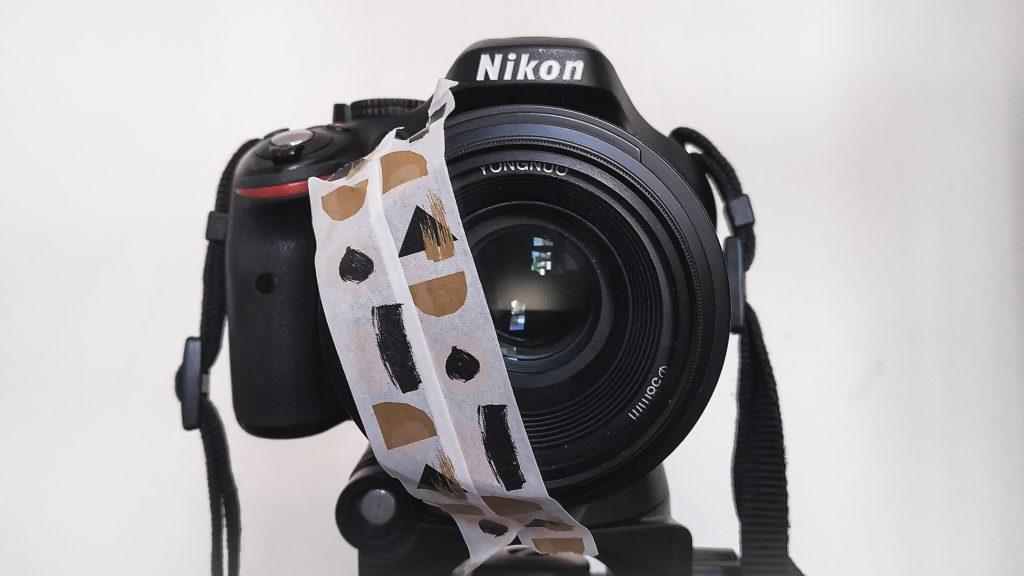 Kamera mit abgeklebter Linse mit Portraitfotografie