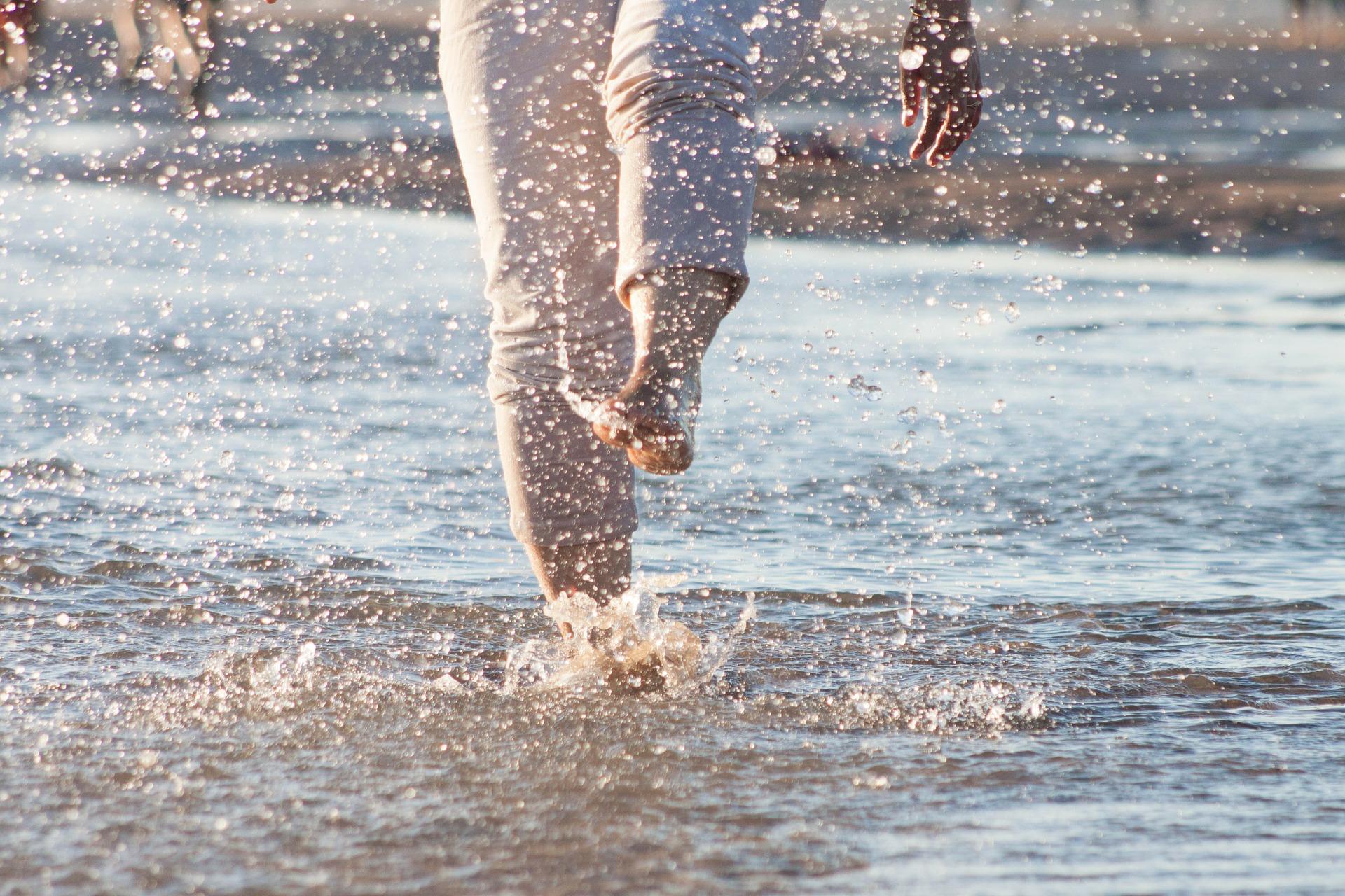 spetterend spelen in het water
