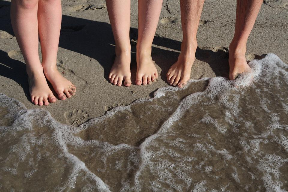samen met de voeten in het water
