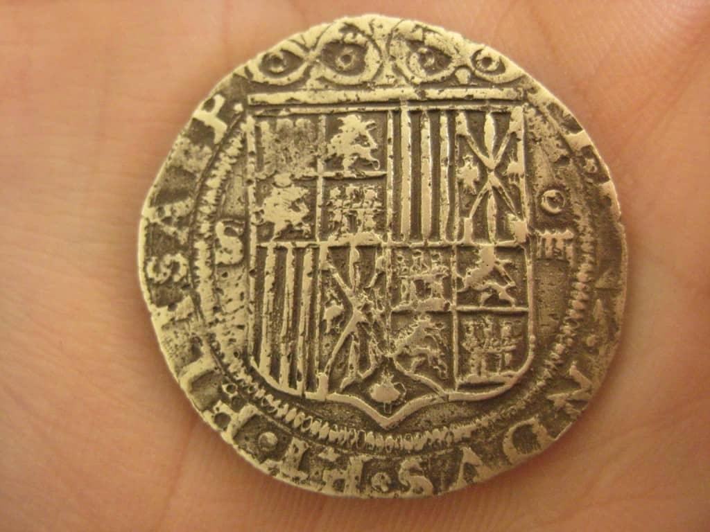 Burbujas de fundición en las monedas falsas