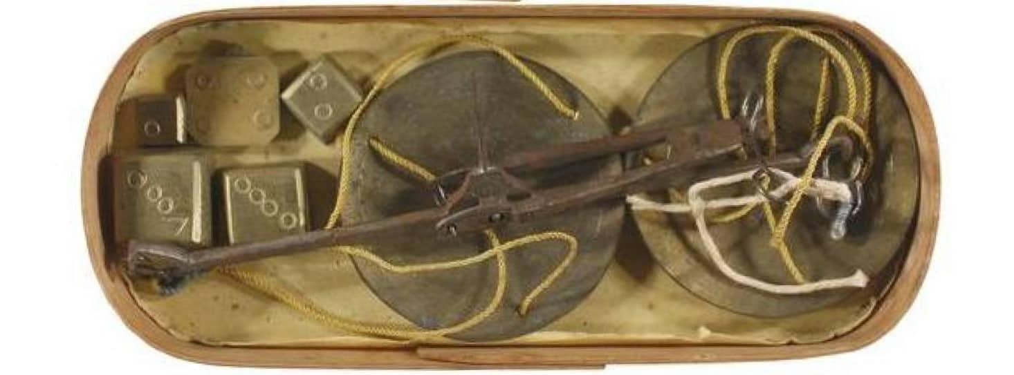 Caja, balanza y ponderales para pesar moneda de oro española del siglo XVIII